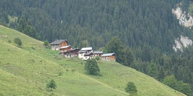 Tag 5: Lange, stellenweise technische Abfahrt auf Wanderwegen und Pfaden über die Alpsiedlung La Cour.