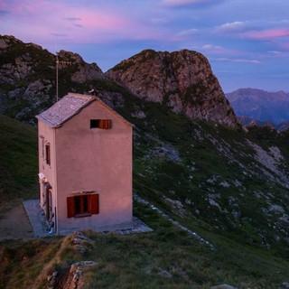 Schlicht, aber warm und trocken: Das Bivacco Bocchetta di Campo vor der Cima Pedum. Foto: Stefan Neuhauser