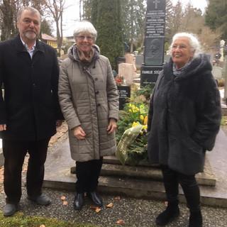 DAV-Vizepräsident Roland Stierle bei der Kranzniederlegung an Johann Stüdls Grab im Beisein der Urenkelinnen des Vereinsgründers, Gudula Hauser und Friedl Klein.