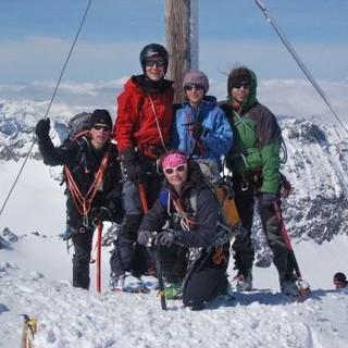 Skibergsteiger am Gipfelkreuz. Foto: Archiv Jubi