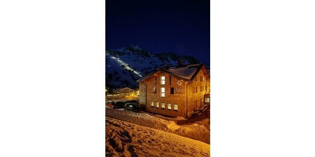 DAV-Haus Obertauern in nächtlicher Schnee-Kulisse; Foto: DAV/Marco Kost
