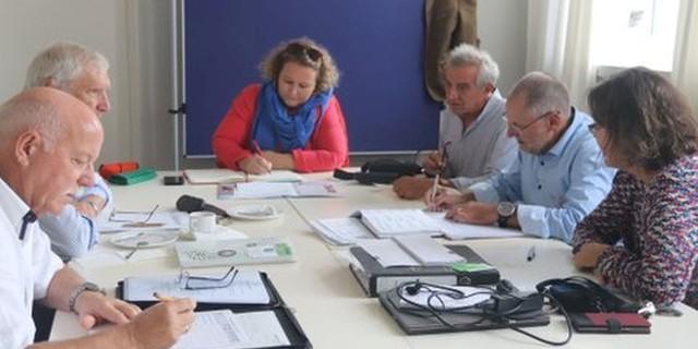 Der Vorstand in neuer Konstellation bei der Arbeit | v.l.n.r.: Georg Simeoni (AVS), Ludwig Wucherpfennig (DAV), Dr. Nicole Slupetzky (ÖAV), Antonio Zambon (CAI), Heinz Frei (SAC), Verinika Schulz (CAA-Geschäftsstellenleiterin)