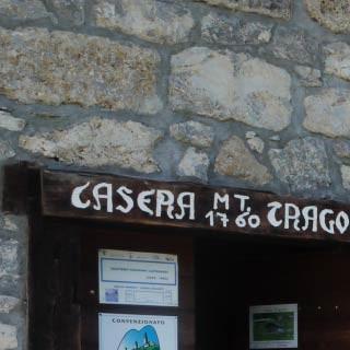 Eingang der Casera Tragonia - <p>Auch wenn die Almgebäude der Casera Tartoi und Tragonia massiv gebaut sind, brauchen sie regelmäßige Bewirtschaftung und Pflege.</p>