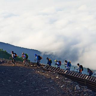 Pilgernde Menschenkette am heiligen Berg. Foto: Norbert Eisele-Hein
