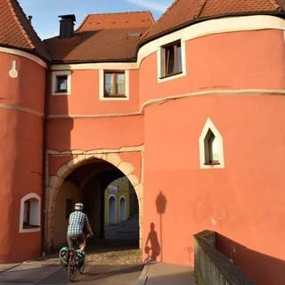 Mit dem Rad durch den Bayerischen Wald - Auch in Bayern findet man historische Stadttore und Fachwerkbauten. Foto: Thorsten Brönner