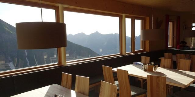 Große Fensterscheiben ermöglichen einen faszinierenden Blick in die Ferne, Foto: DAV