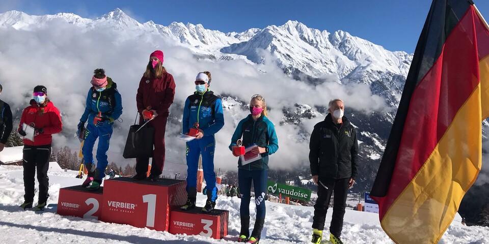 Siegerehrung Vertical - Antonia Niedermaier (DAV Bad Aibling) ganz oben auf dem Podest Foto: SkimoTeamGermany