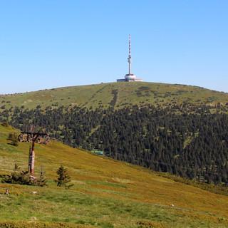Gar nicht altväterlich, eher ätzend modern, lookt der Fernsehturm am Altvater. Foto: Swen Geißler