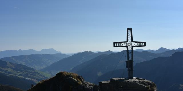 Zum Tristkogel-Gipfelkreuz-Rundumblick muss man ein paar Meter im Fels aufsteigen. Foto: Andi Dick