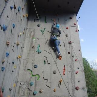 Auch Klettern an künstlichen Wänden ist Teil der Ausbildung. Foto: Archiv Jubi