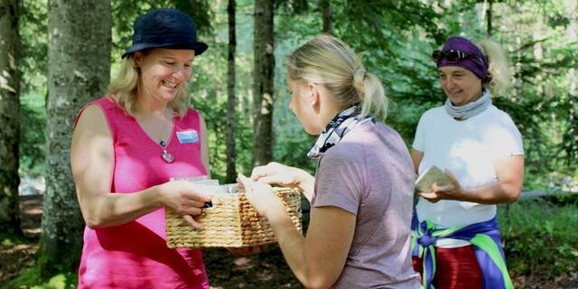 Zu Beginn verteilte unsere Kräuter-Fachfrau Christine Gasteiger kleine Kräuter-Bücher, damit sich die Teilnehmer*innen während der Pflanzenführung Notizen zu den einzelnen Pflanzen und Heilwirkungen machen konnten. Foto: DAV / Stutzmann.