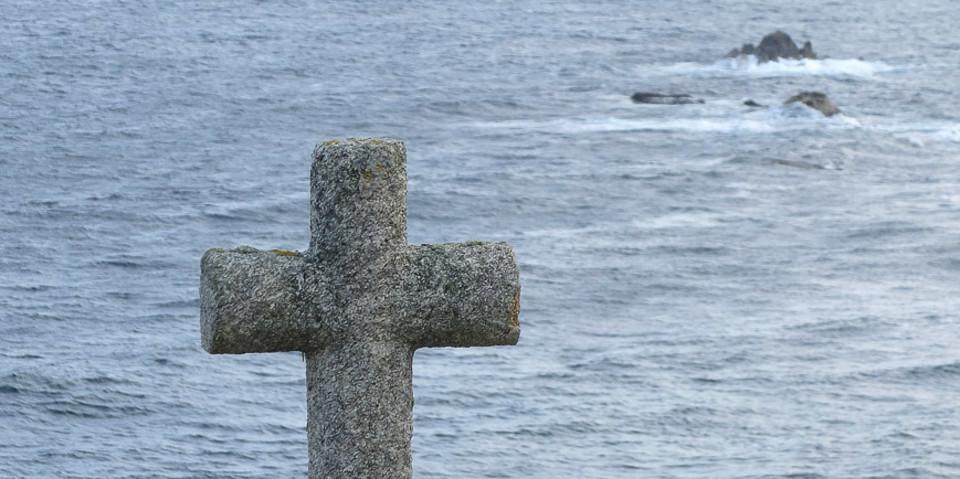 Ein steinernes Kreuz zum Gedenken an zahllose Schiffsuntergänge. Foto: Eberhard Neubronner