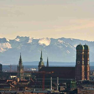 München und die Alpen bei Föhn. Foto: Reinald Kirchner, CC BY-SA 4.0, via Wikimedia Commons