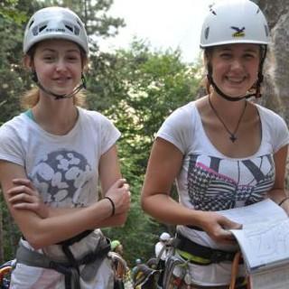 Zwei Mädels suchen sich mit Hilfe des Kletterführers die nächste Route aus. Foto: Lena Behrendes