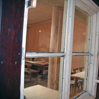 Alt neben neu - die Fenster der alten Hölle zieren den Flur und geben Einblick in den neuen Gastraum.