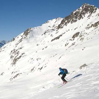 Nach dem Abfahrts-Auftakt vom Pizzo Lucendro (2692 m) beendet ein kurzer Gegenanstieg zur Rotondo-Hütte die erste Etappe. Foto: Powerpress.ch