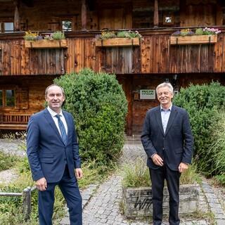 Hubert Aiwanger und Josef Klenner vor dem Kriechbaumhof. Foto: DAV/Franz Güntner