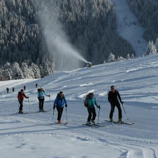 Skitouren auf Pisten sind ein guter Einstieg in den Sport. Foto: Manfred Scheuermann
