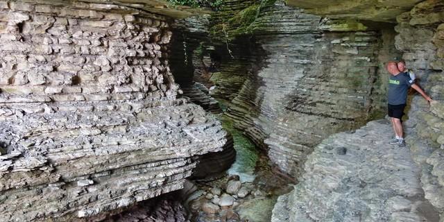 In den Schluchten der Belluneser Voralpen lässt sich gebänderter Schichtkalk in bizarren Formen bewundern. Foto: Joachim Chwaszcza