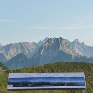 """""""Wie heißt der Gipfel da hinten?"""" Die Schautafel am Edmund-Probst-Haus gibt Hilfestellung. Foto: Gaby Funk"""