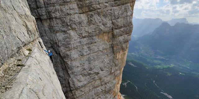 """Dolomiten-Legende: Auch wer die Messnerplatte auf der Mariachervariante umgeht, kann am Heiligkreuzkofel-""""Mittelpfeiler"""" etwas erleben. Foto: Ralf Gantzhorn"""