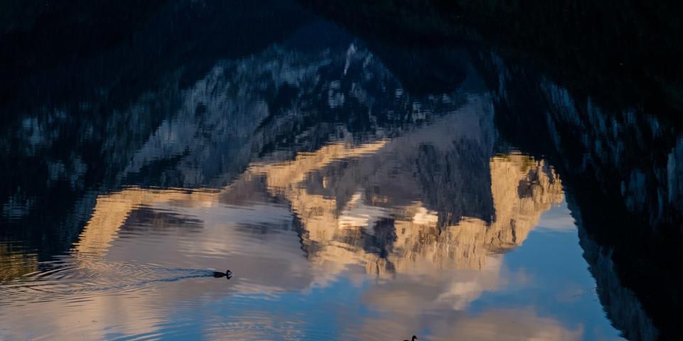 Der Kreis schließt sich: und der Gosaukamm spiegelt sich in seinem (vorderen) See; Foto: Iris Kürschner