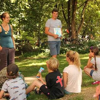 Piotr begrüßt die Kinder zur interaktiven Berge!-Buch Lesung, Foto: JDAV/Britta Zwiehoff