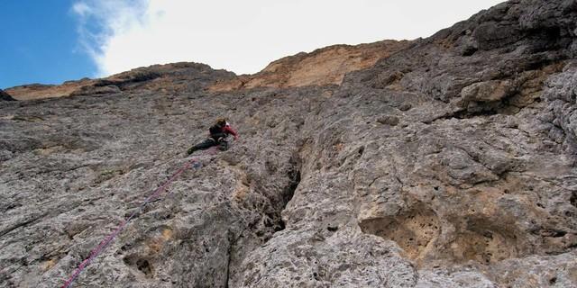 """Dolomiten – was für ein Fels! Unglaublich fest und griffig ist der """"Buhlriss"""" an der Cima Canali&#x3B; und nur gelegentlich Risskletterei. Foto: Ralf Gantzhorn"""