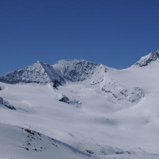 Abfahrt vom Schalfkogel - Nur Fliegen ist schöner: Der Schalfkogelferner lädt bei gutem Schnee ein zu großzügigen Schwüngen.