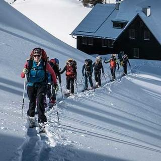 Skitourengruppe beim Aufbruch von der Hütte. Foto: JDAV / Christoph Hummel