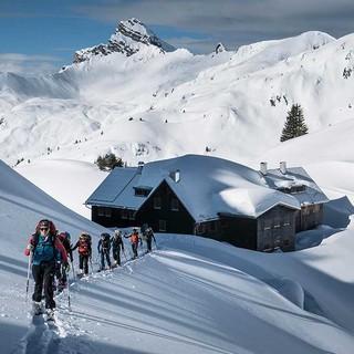 Skitourengeher*innen im winterlichen Gelände. Foto: JDAV / Christoph Hummel