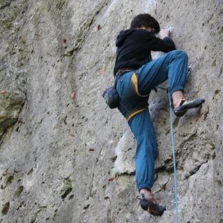 Sportkletterer im Vorstieg am Fels. Foto: Bastian Bartel