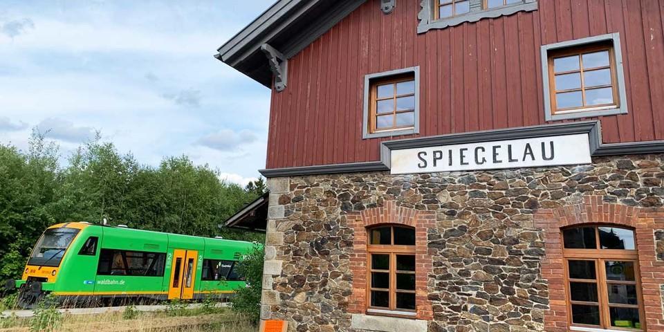 """Die """"Waldbahn"""" verbindet die zentralen Orte im Nationalpark Bayerischer Wald. Foto: Joachim Chwaszcza"""