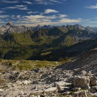 Von der Karstfläche des Koblat hat man eine fantastische Aussicht auf den Hauptkamm der Allgäuer Alpen (links der markante Hochvogel). Foto: Friedrich Stettmayer
