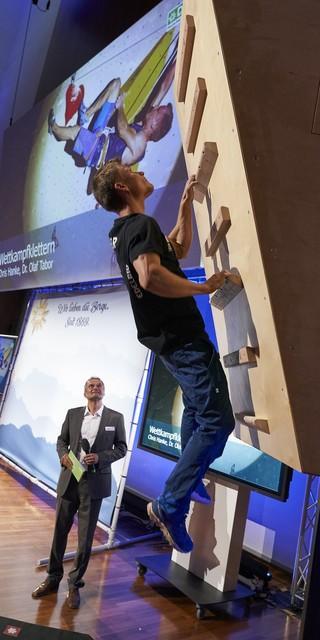 Chris Hanke, Wettkampfkletterer beeindruckt am Campusboard. Foto: DAV/Henning Schacht
