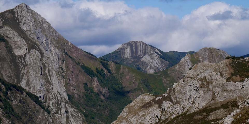 Bizarr geschichtete Berge über dem Valle Somiedo. Foto: Antes & Antes