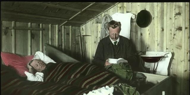 In der Amberger Hütte, um 1910. Archiv des DAV, München.