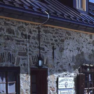 An der Kaunergrathütte - Auf der Terrasse der Kaunergrathütte ist gut sein; gegenüber zeigt sich der Geigenkamm.