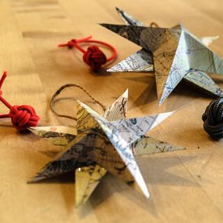 Weihnachtssterne aus altem Kartenmaterial oder Affenfäuste statt Plastikkugeln. Foto: Albrecht von Dewitz Stiftung