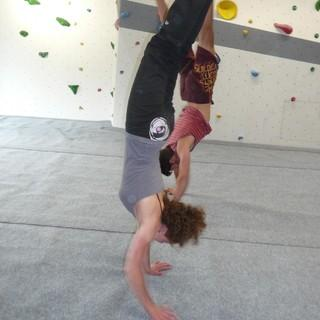 Handstand im Boulderraum. Foto: Florian Bischof.
