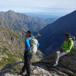 Vor dem Abstieg noch ein Aufstieg – auf dem Weg zum Bivacco Moncalieri; das Vallone Moncolomb liegt im vormittäglichen Schatten. Foto: Joachim Chwaszcza