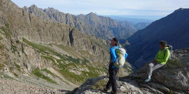 Vor dem Abstieg noch ein Aufstieg – auf dem Weg zum Bivacco Moncalieri&#x3B; das Vallone Moncolomb liegt im vormittäglichen Schatten. Foto: Joachim Chwaszcza