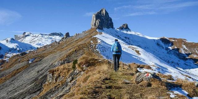 Die Lobhörner sind ein Ziel für Kletterer&#x3B; Wanderer fasziniert ihr kantiger Anblick – und der erste Herbstschnee stört niemanden. Foto: Bernd Jung