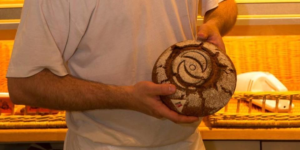 Bäcker Amadeo Arnold backt in 5. Generation das berühmte Roggenbrot in Simplon Dorf. Foto: Iris Kürschner