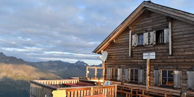 Seit 1888 steht auf dem Gipfel des Brunnenkogels ein Schutzhaus. Das alte Steingebäude wurde im Sommer 2007 durch eine Holzhütte ersetzt. Foto: Stefan Herbke