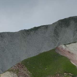 Natur in Harmonie: Pferde am Südwandsteig vor erodierten Ausläufern des Hochwanner