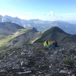 Nach einem kurzen Ausflug ins Tal begeistert uns die Aussicht vom Gipfel wieder umso mehr. Foto: Nora Kelschebach