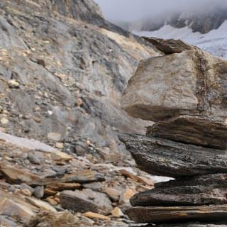Aufstieg zur Zwickauer Hütte - Einsam wacht… ein Steinmann am Rotmoosferner beim Aufstieg zur Zwickauer Hütte.