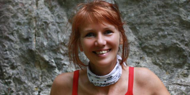 Elisabeth Caruna am Fels
