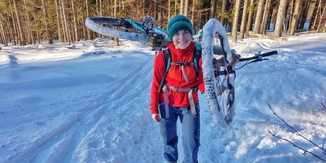 Zu Fuß, mit Schlitten, auf Schneeschuhen, Touren- und Langlaufskiern – und sogar mit dem Bike: Am Großen Falkenstein treffen viele Wintersportfreunde zusammen.